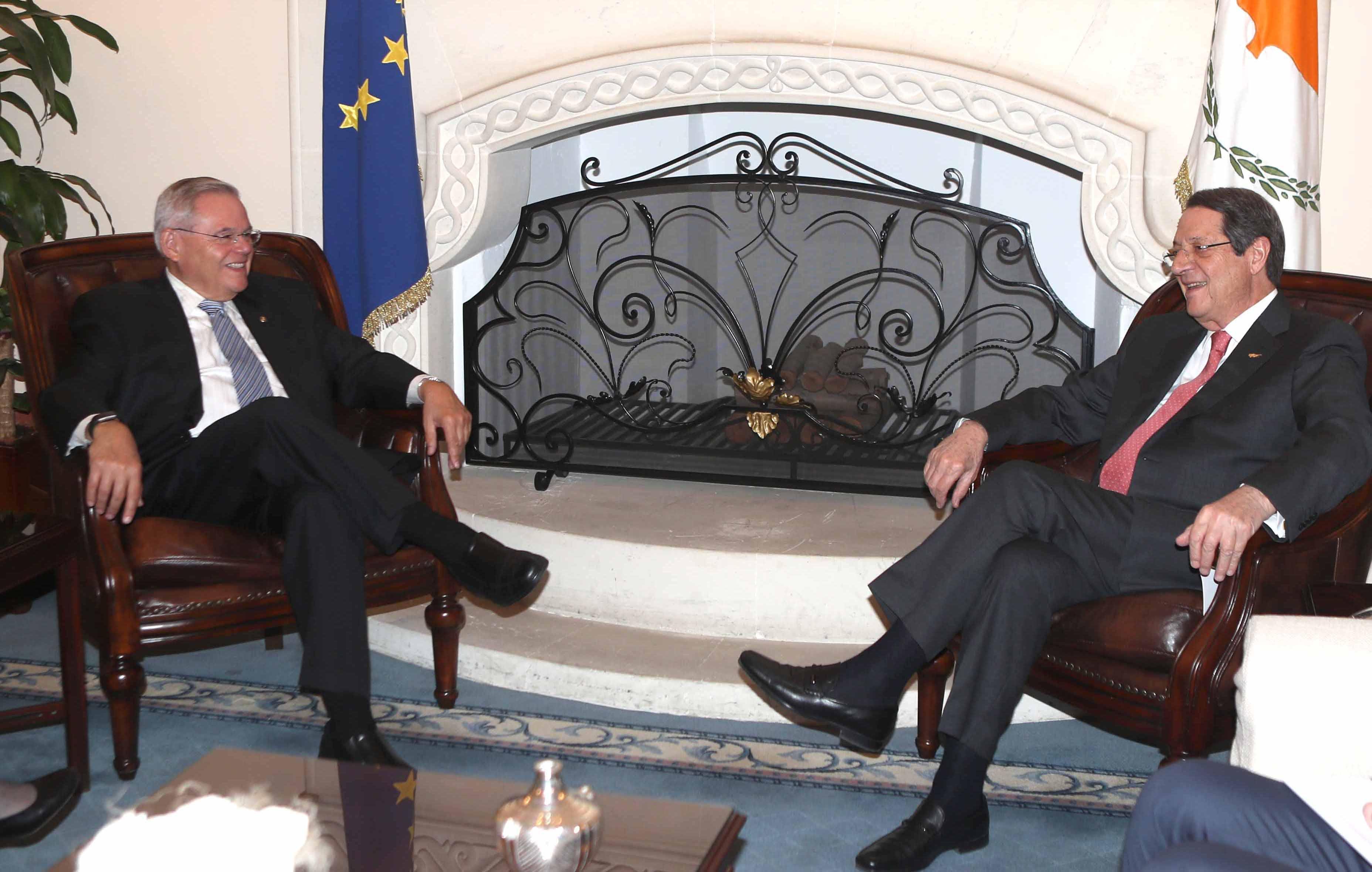 Menendez στην Κύπρο: Συναντήθηκε με Αναστασιάδη, στο τραπέζι το εμπάργκο