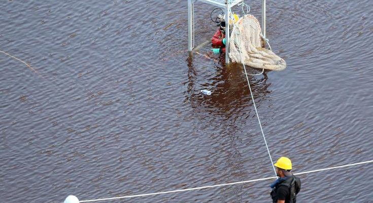 Σε παιδί ανήκει η σορός που ανασύρθηκε από την κόκκινη λίμνη, συνεχίζονται τη Δευτέρα οι έρευνες