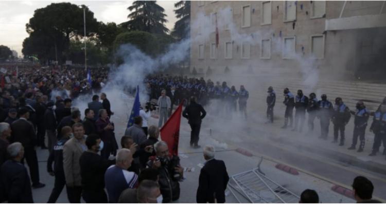 Τεταμένη η κατάσταση στην Αλβανία μετά τις βίαιες συγκρούσεις διαδηλωτών αστυνομίας