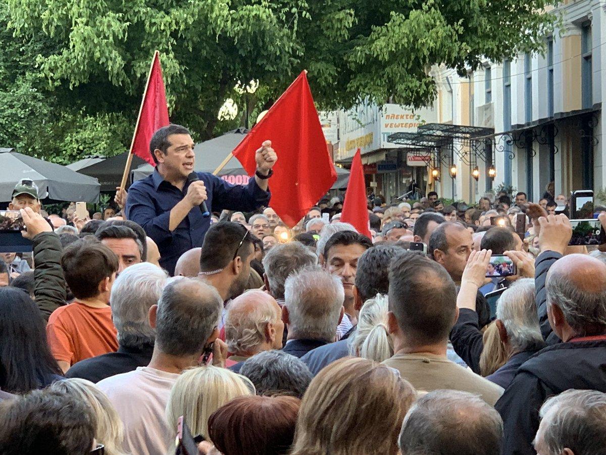 Στις πλατείες και με το βλέμμα στους νέους ψηφοφόρους Τσίπρας και Μητσοτάκης