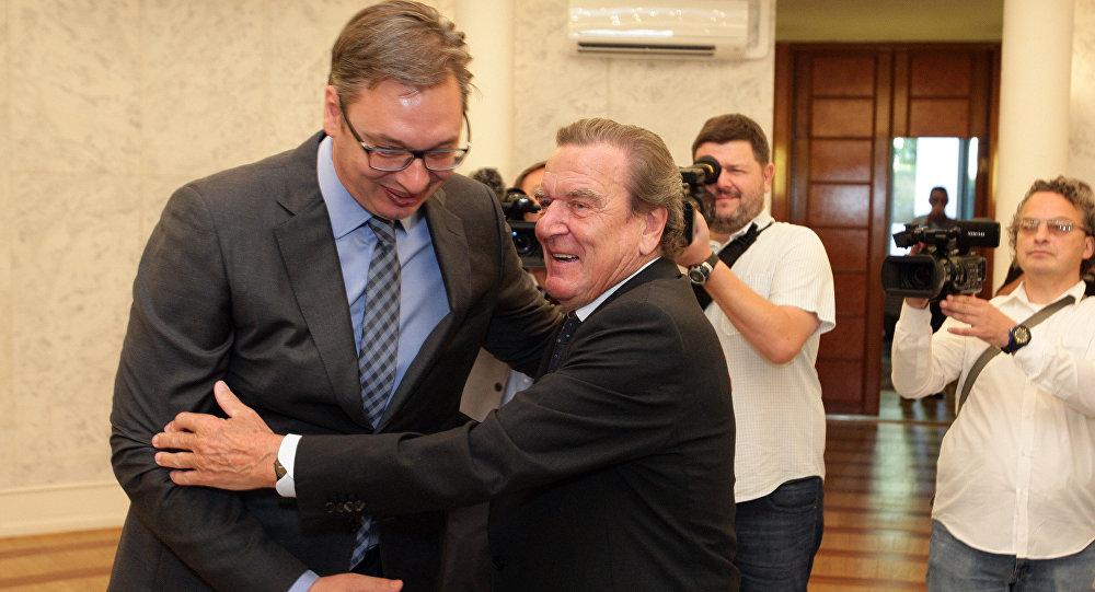 Schroeder: «Πολύ συναισθηματική απόφαση» οι βομβαρδισμοί του ΝΑΤΟ στη Σερβία
