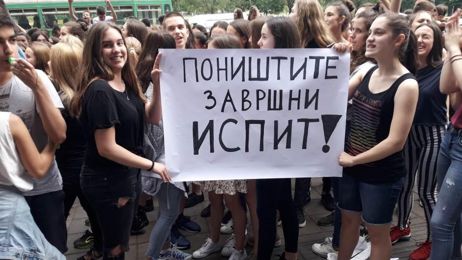 Σερβία: Διέρρευσαν τα θέματα των εξετάσεων, μαθητές και αντιπολίτευση ζητούν παραιτήσεις