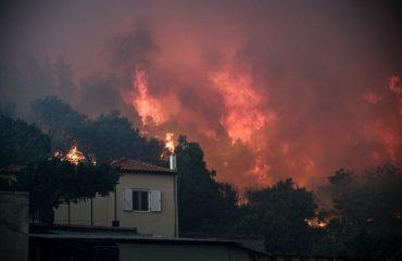 Ανεξέλεγκτη πυρκαγιά καίει την Εύβοια