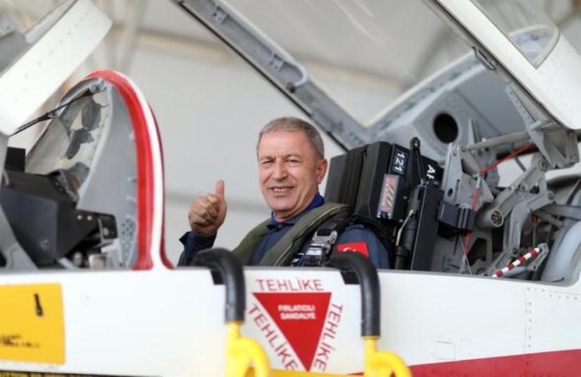 Ο Hulusi Akar πέταξε πάνω από το Αιγαίο με εκπαιδευτικό αεροσκάφος Τ-38