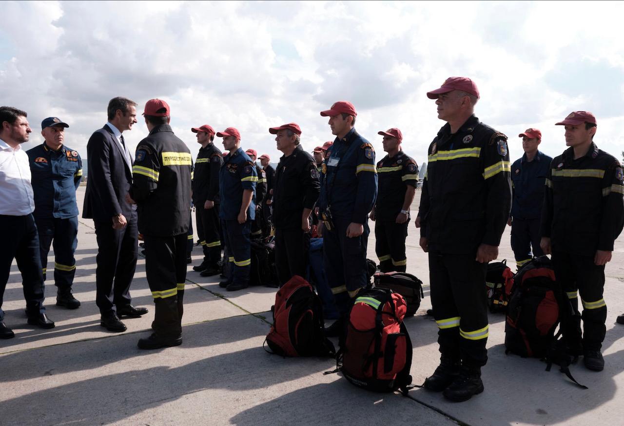 Τα μέλη της αποστολής βοήθειας που αναχωρεί για την Αλβανία συνάντησε ο Μητσοτάκης