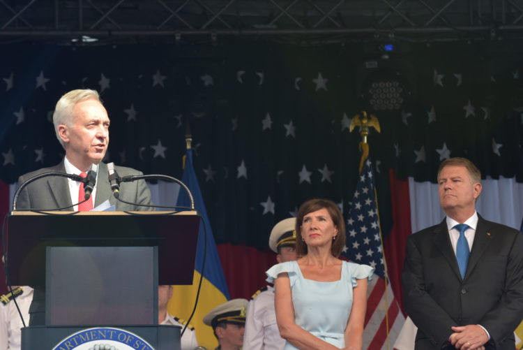 Παρασημοφόρηση του Πρέσβη των ΗΠΑ στο Βουκουρέστι από τον Πρόεδρο Iohannis