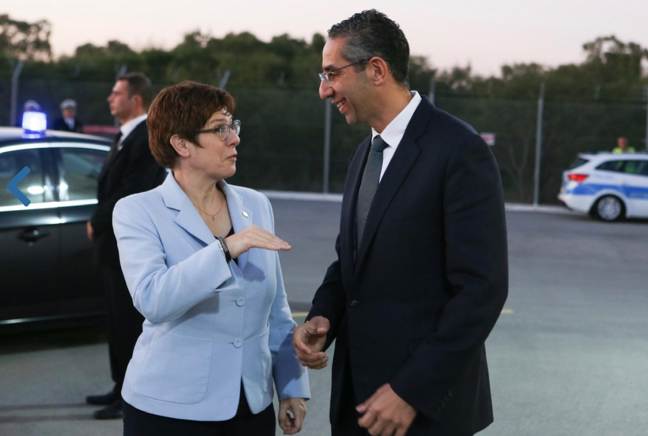 Ενίσχυση των διμερών σχέσεων συζήτησαν οι Υπουργοί Άμυνας Κύπρου-Γερμανίας