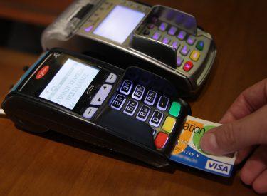 Μειώνονται οι συναλλαγές με πλαστικό χρήμα