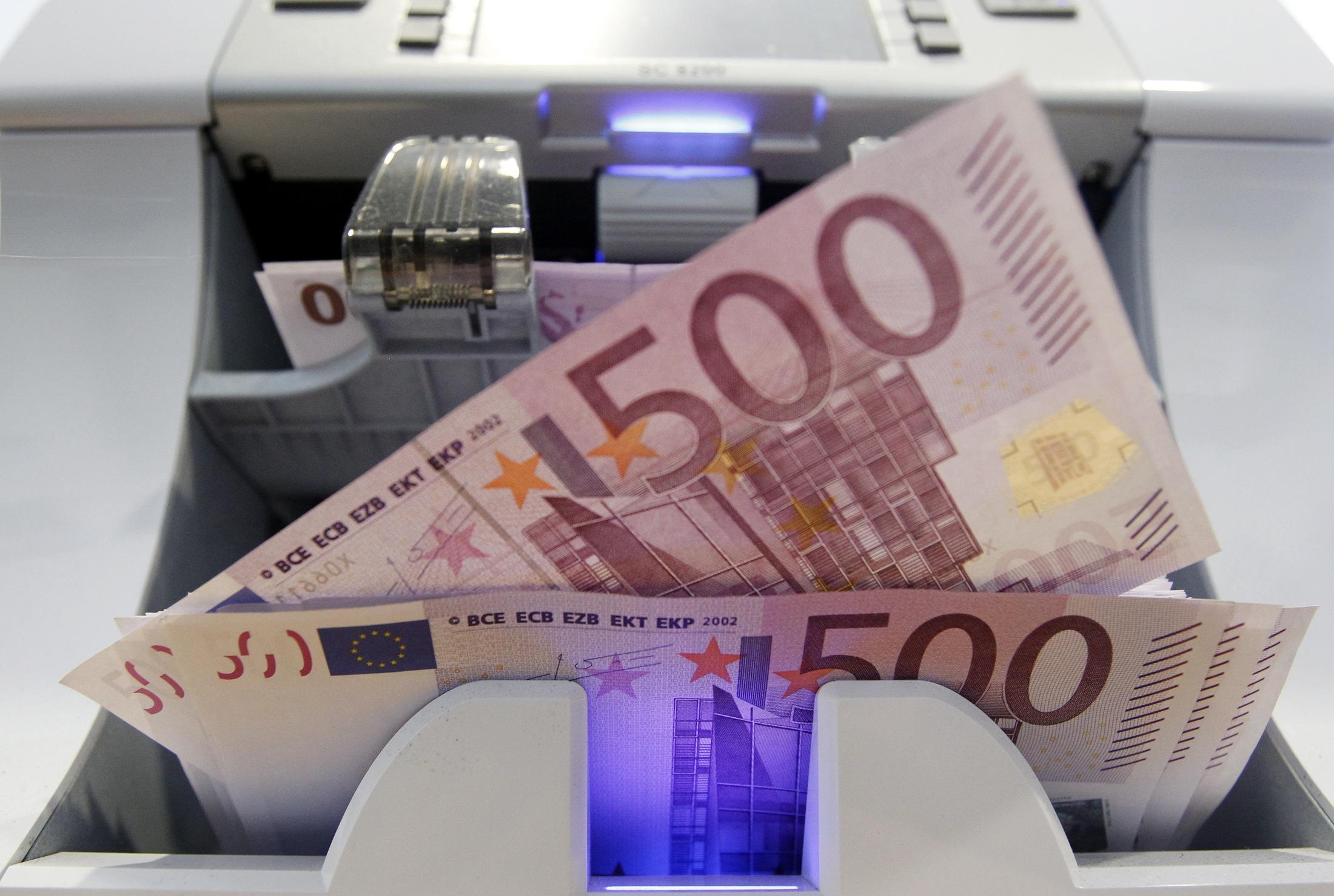 «Βουτιά» 2 δισ. ευρώ στις καταθέσεις