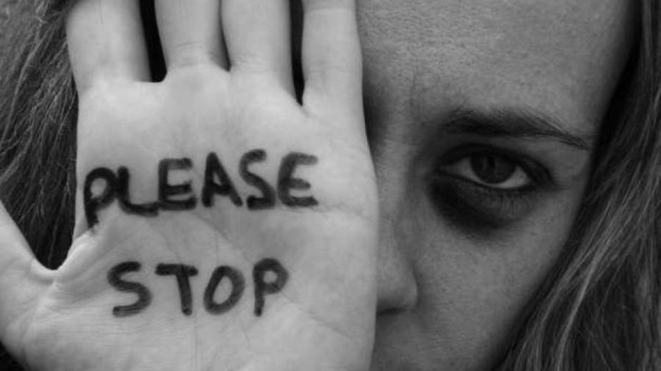 Γνώμη: Η βία κατά των γυναικών είναι εξίσου μεταδοτική και πιο θανατηφόρα από τον κορονοιό…