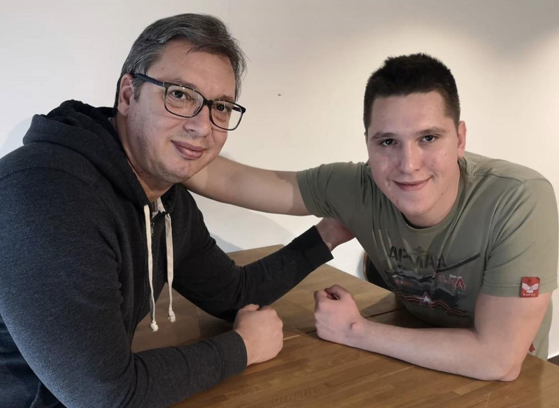 Σερβία: Ο Vucic συναντήθηκε με το γιο του που αποθεραπεύθηκε από τον COVID-19