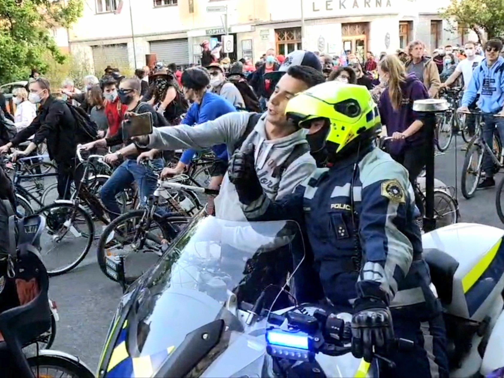 Σλοβενία: Διαιρεμένη η κοινή γνώμη στη Σλοβενία με τη φωτογραφία διαδηλωτή μαζί με αστυνομικό