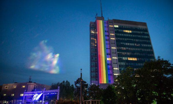 """Κοσσυφοπέδιο: Στα χρώματα του ουράνιου τόξου """"βάφτηκε"""" το κτήριο της κυβέρνησης"""