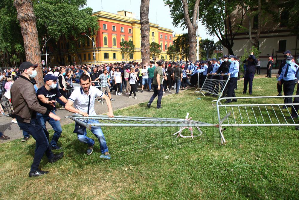 Αλβανία: Σοβαρά επεισόδια στα Τίρανα σε διαδήλωση για τη σωτηρία του Εθνικού Θεάτρου