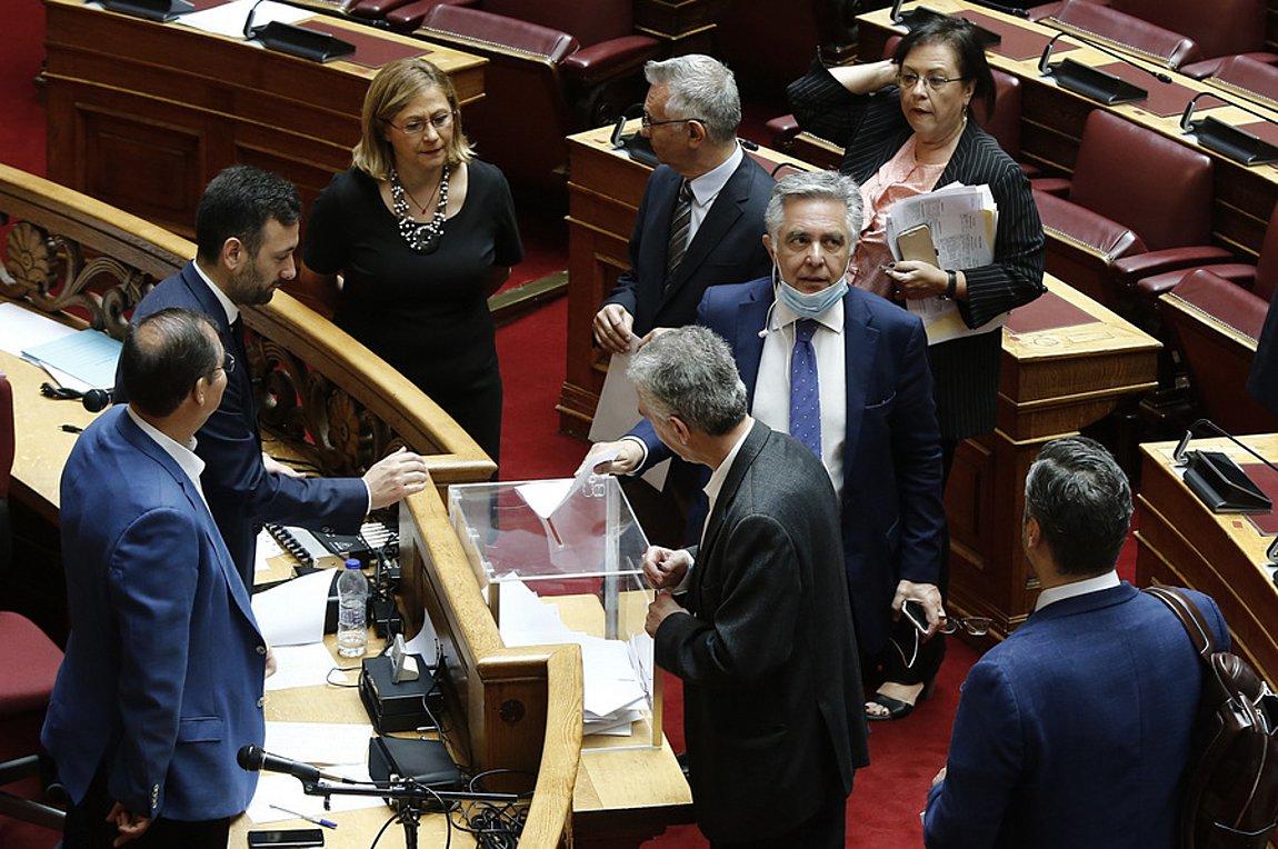 Ελλάδα: Ψηφοφορία παρωδία έλαβε χώρα στη Βουλή των Ελλήνων