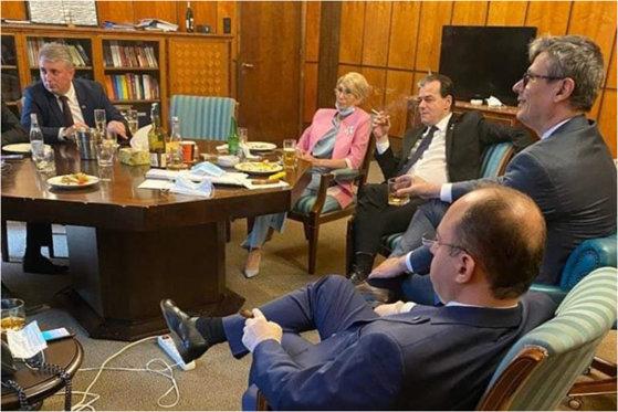 Ρουμανία: Πρόστιμο στον Πρωθυπουργό και 4 Υπουργούς-Κάπνιζαν και δεν φορούσαν μάσκα