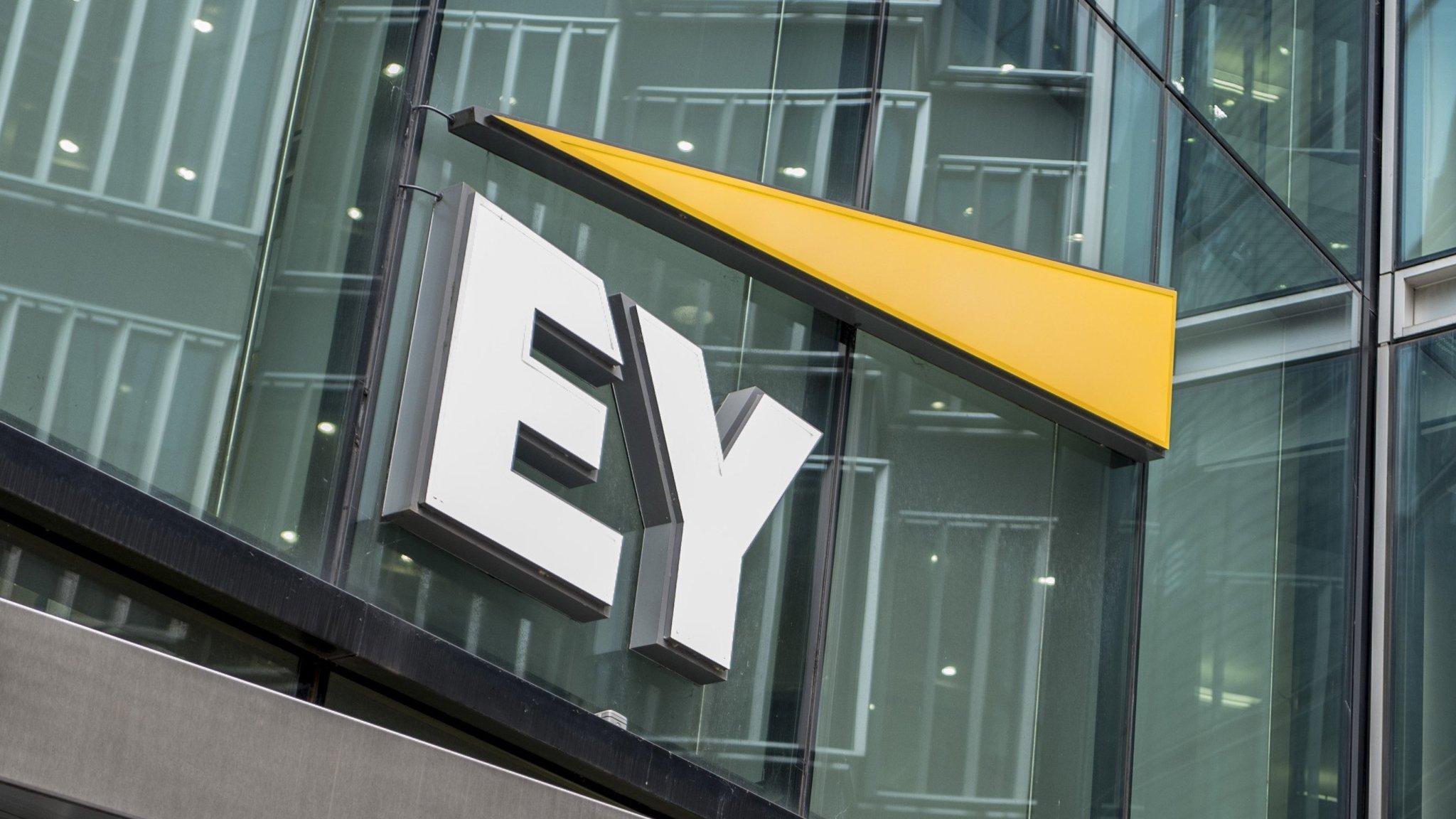 "EY: Ύφεση έως 12,5% ""βλέπει"" για την Ελλάδα"