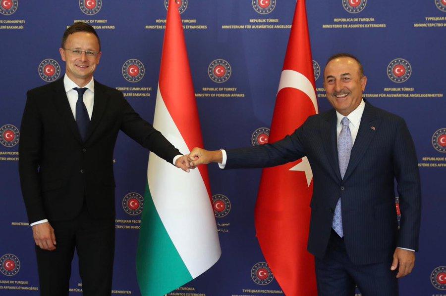 Cavusoglu προς Macron: «Η επίθεση στην Τουρκία δεν τον ωφελεί πολιτικά και χάνει εκλογές»