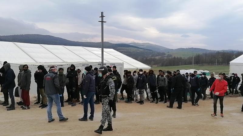 Η ΕΕ καταδικάζει τη μεταφορά μεταναστών στο συνωστισμένο κέντρο υποδοχής Lipa