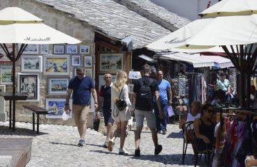 B-E: «Βουτιά» στις τουριστικές αφίξεις σε σχέση με το 2019