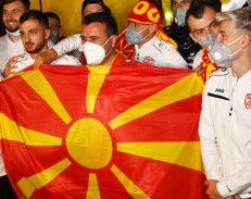 Βόρεια Μακεδονία: Ιστορική πρόκριση στο EURO, υποδοχή των παικτών από τον Zaev (Video)