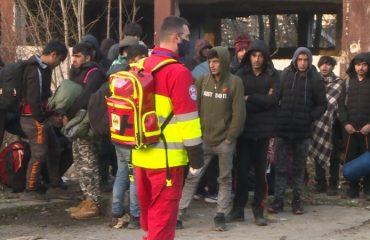 Β-Ε: Μεταφορά από την αστυνομία μεταναστών από το κέντρο Bihać στο στρατόπεδο Lipa