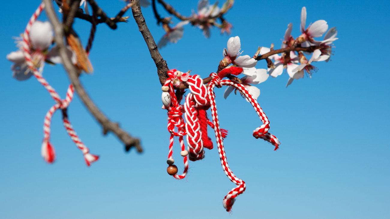 Αναβιώνει το παμπάλαιο έθιμο της 1ης Μαρτίου με τις ασπροκόκκινες κλωστές