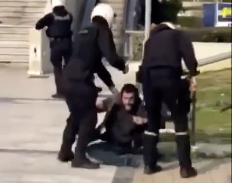 Ελλάδα: Αυταρχισμό της Κυβέρνησης καταγγέλλει η αντιπολίτευση μετά τον άγριο ξυλοδαρμό πολιτών από την Αστυνομία