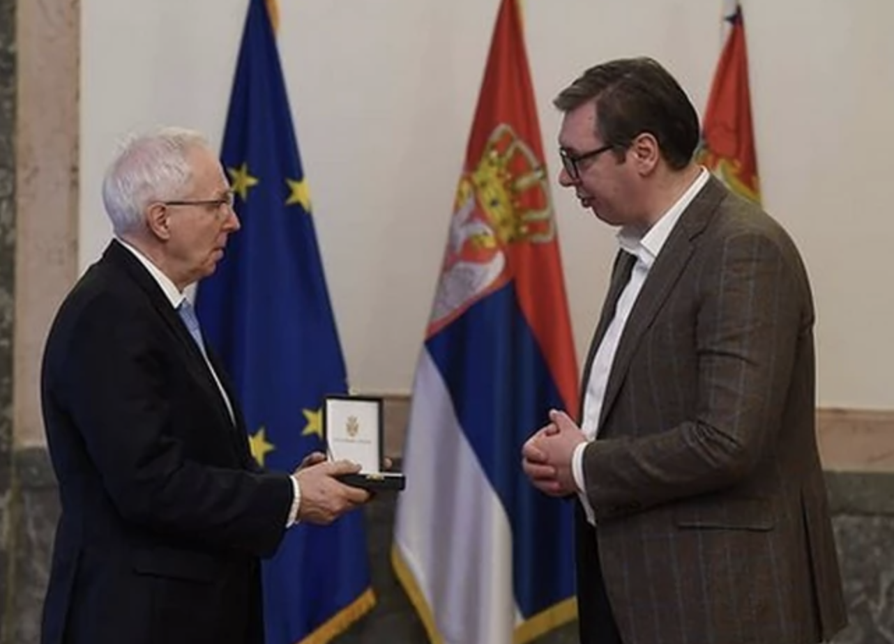 Σερβία: Παρασημοφόρησε του Διοικητή της Τράπεζας Ανάπτυξης του Συμβουλίου της Ευρώπης ο Vučić