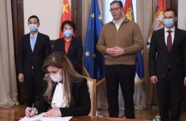 """Σερβία: Υπογράφηκε νέα συμφωνία για την προμήθεια 2 εκατομμυρίων δόσεων εμβολίων """"Sinopharm"""""""