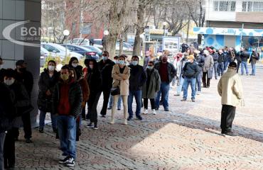Βουλγαρία: Ουρά σχηματίστηκε μπροστά από την ΣΙΑ για να εμβολιαστούν εκτός προγραμματισμού οι πολίτες