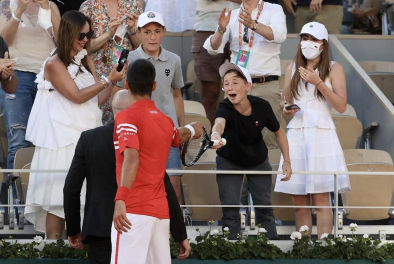 Τη ρακέτα του χάρισε σε οπαδό ο Djokovic μετά τη νίκη του στον ελληνοσερβικό τελικό του Roland Garros
