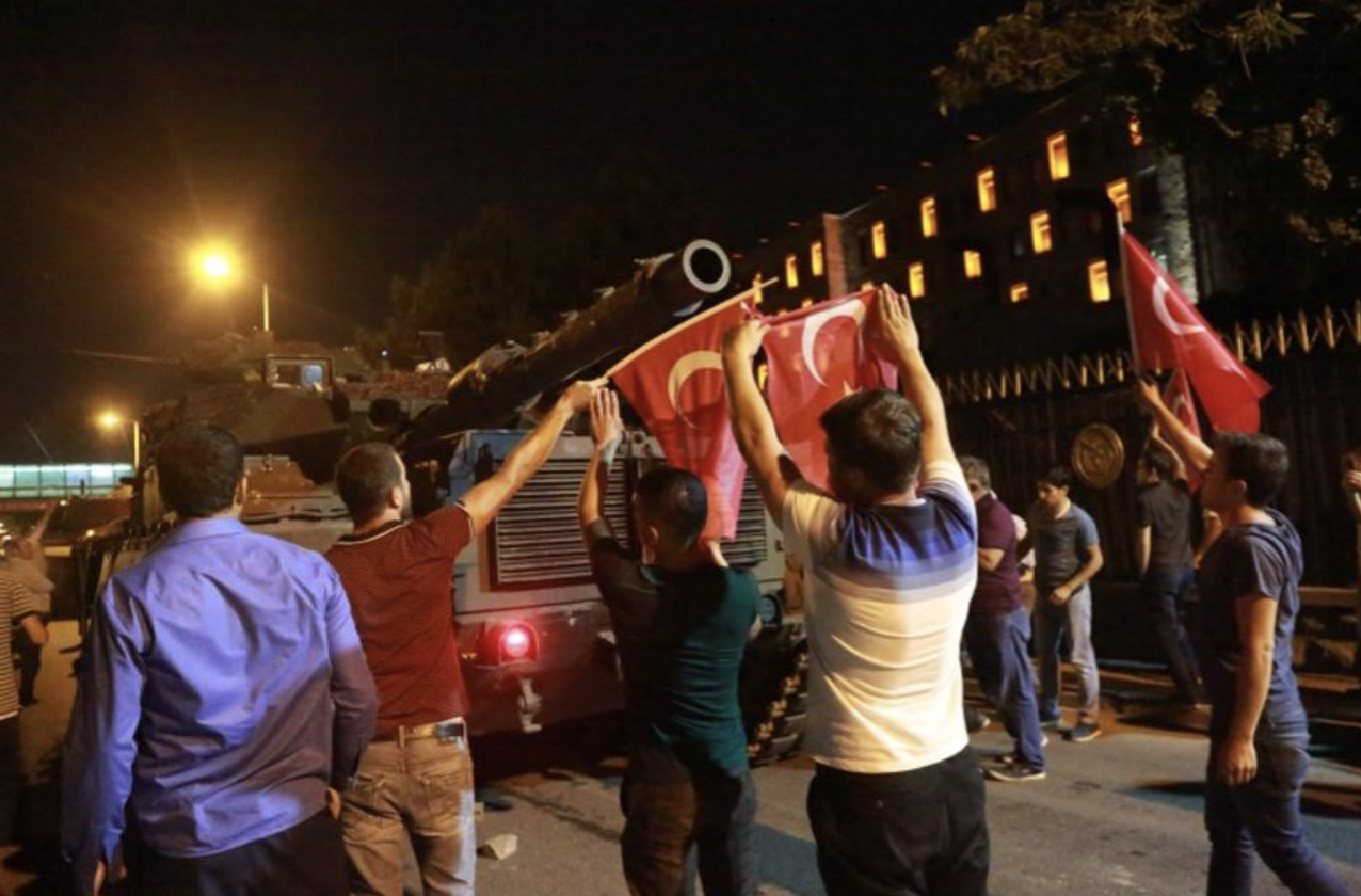 Erdogan: Η Τουρκία «δεν θα συγχωρήσει ποτέ τους προδότες κι όσους βρίσκονται από πίσω τους