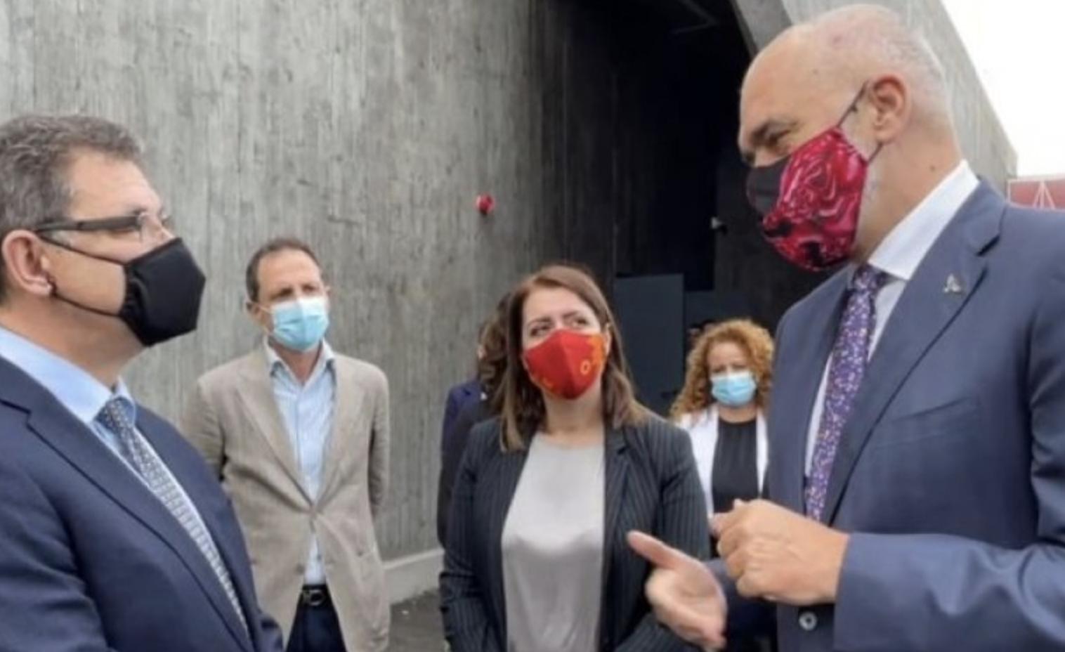 Ο επικεφαλής της Pfizer επισκέφθηκε την Αλβανία όπου επιθεώρησε τις συνθήκες διατήρησης των εμβολίων
