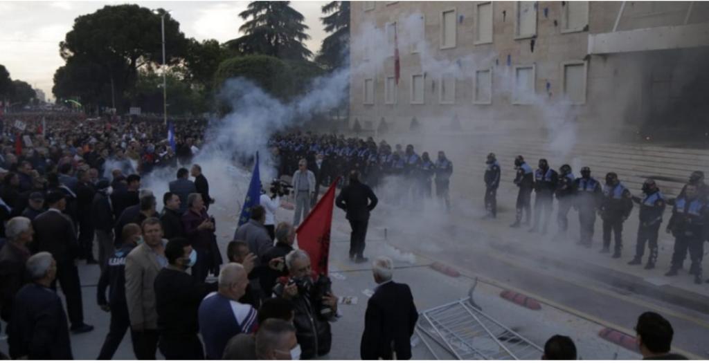 Situacija u Albaniji postaje napeta nakon nasilnih sukoba između opozicije i policije
