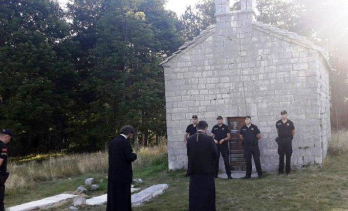Policija sprečila sveštenike srpske pravoslavne crkve da uđu u hram