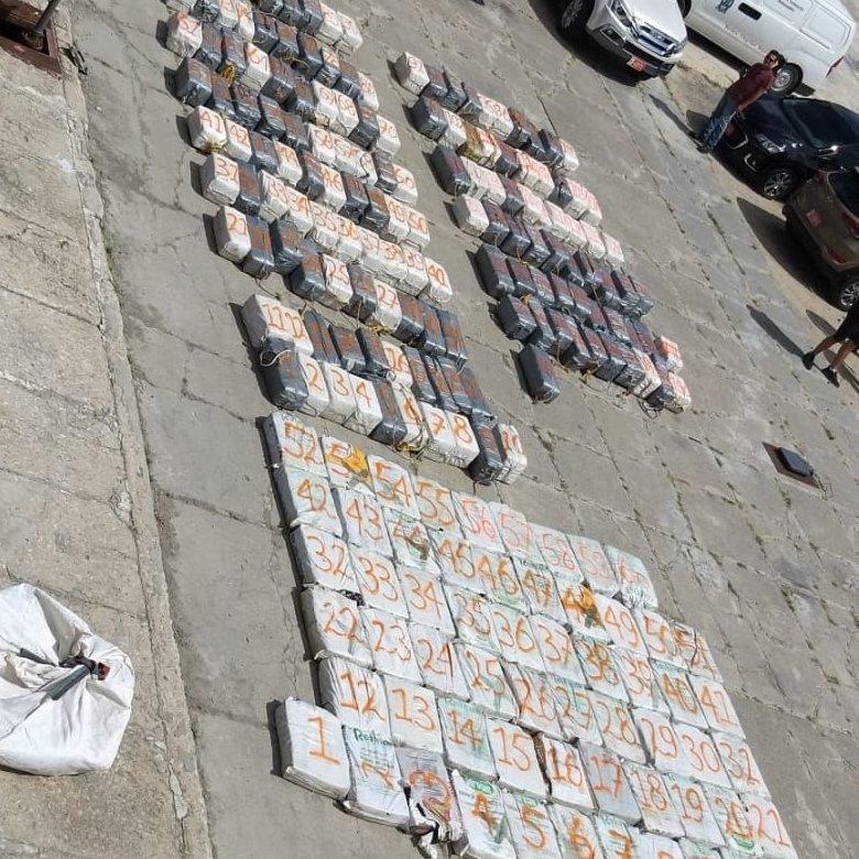 Državljani Crne Gore uhapšeni sa pet tona kokaina