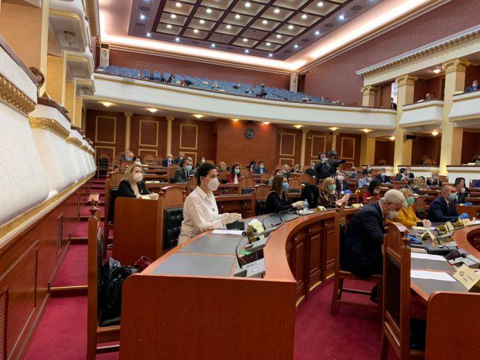 Albanija: Na plenarnoj sednici diskusija o produženju vanrednog stanja
