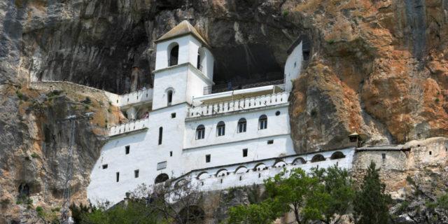 Crna Gora: Policija sprečava vernike da posete manastir Ostrog