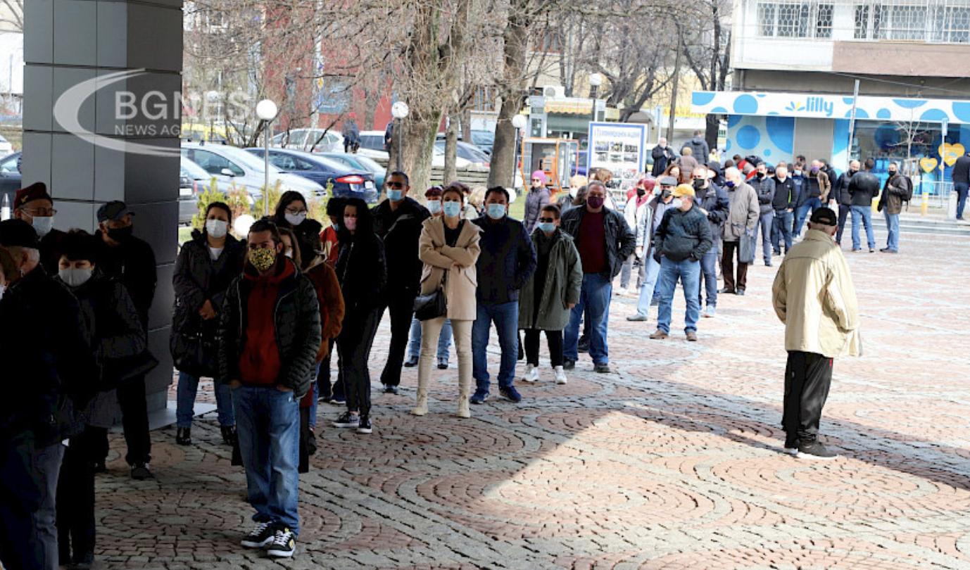 Bugarska: Veliki broj građana pred Vojno-medicinskom akademijom čeka na vakcinaciju bez zakazivanja