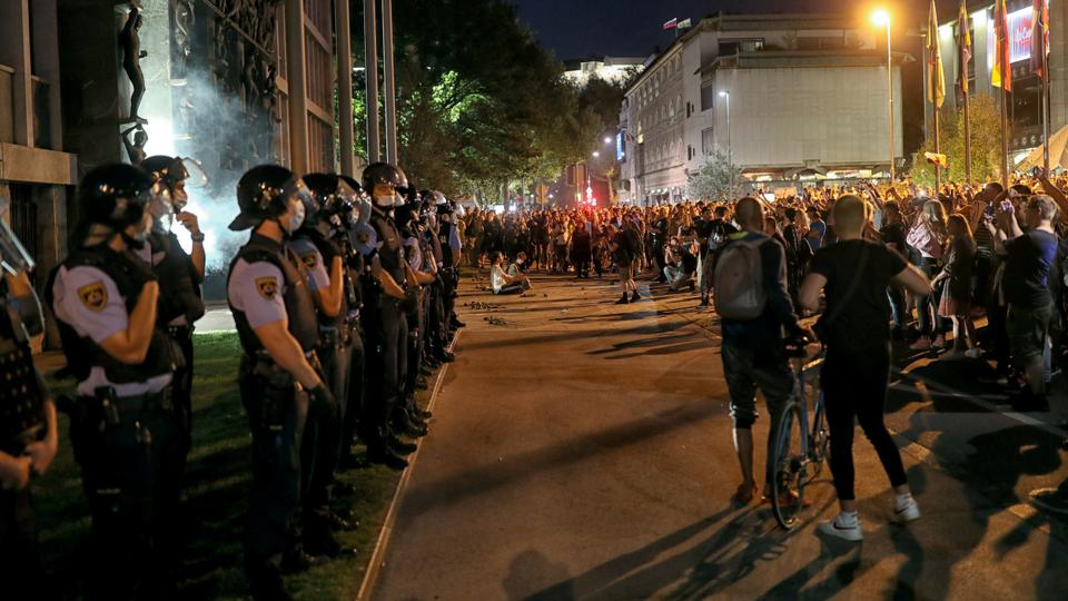 Slovenija: Policija razbila demonstracije protiv pooštravanja mera COVID-19